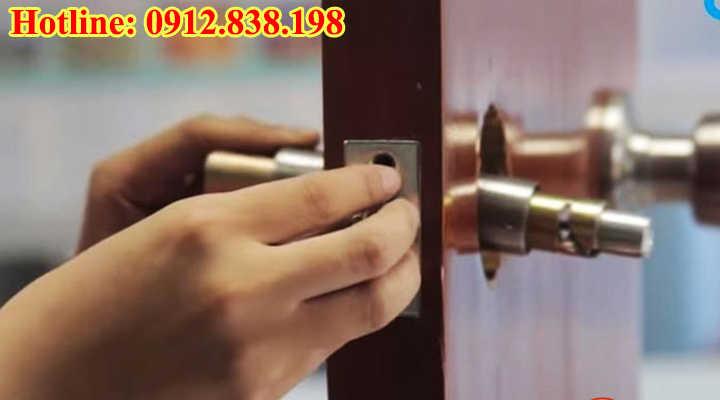 Dịch vụ lắp đặt thay ổ khóa cửa tại nhà uy tín