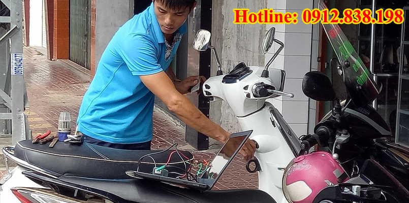 Mở cốp xe máy an toàn không cạy cốp