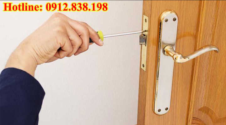 Chốt khóa cửa tay gạt bị kẹt