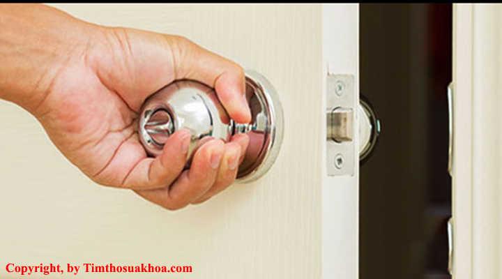 Cách khóa mở cửa phòng sử dụng khóa tay nắm tròn