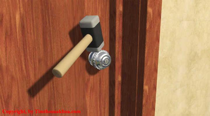Dùng búa để phá cửa khi bị mất chìa khóa