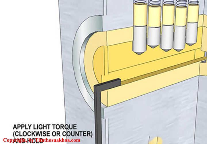 Cắm và giữ thanh sắt chữ L trong ổ khóa và luôn xoay theo chiều mở khóa