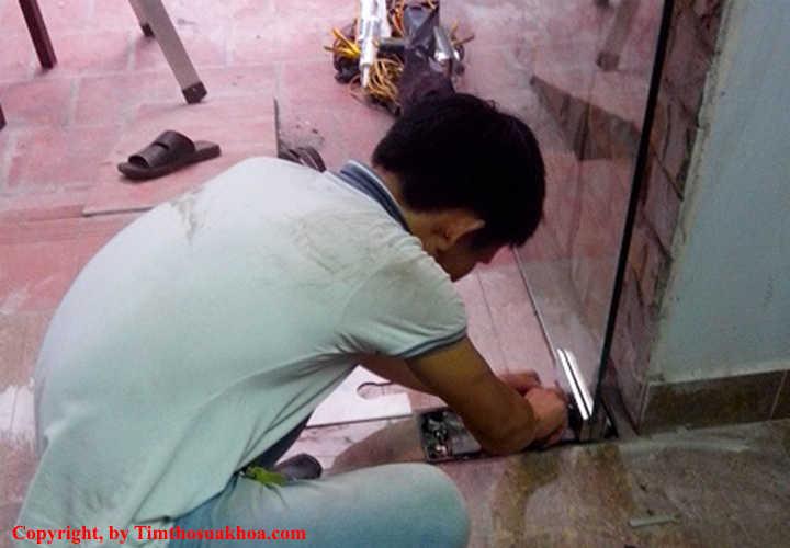 Sửa khóa cửa kính cường lực bản lề sàn