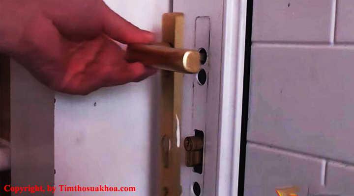 Ổ khóa bị kẹt do lỏng ốc vít