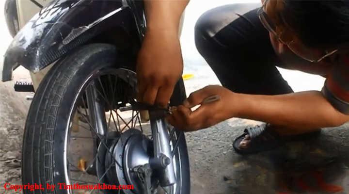 Thợ mở khóa càng xe máy