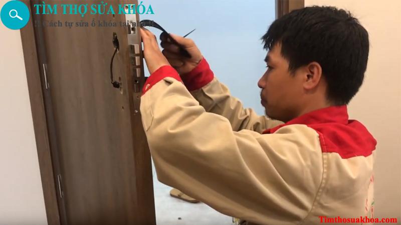 Thợ lắp đặt khóa cửa điện tử