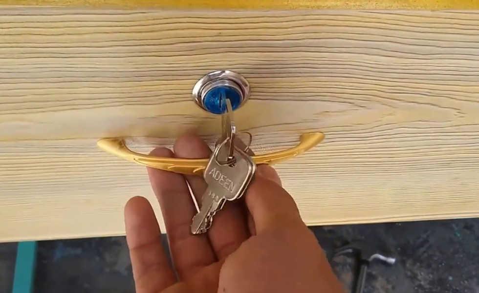 Thợ lắp đặt khóa tủ tại nhà