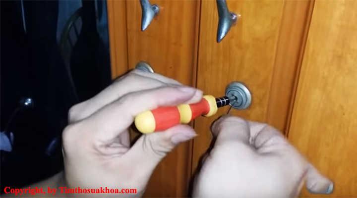 Cho thanh tu vít vào để mở xoay ổ khóa tủ