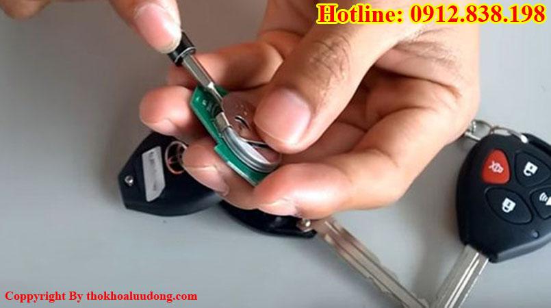 Cách thay PIN chìa khóa xe ô tô